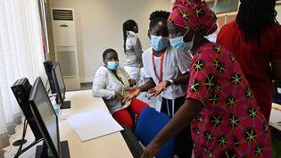 Centre de formation des enseignants dans les locaux du lycée international Jean Mermoz à Abidjan, le 5 février 2021. En Afrique de l'Ouest, la moitié des enfants qui arrivent au collège ne savent ni lire, ni écrire. (ISSOUF SANOGO / AFP)