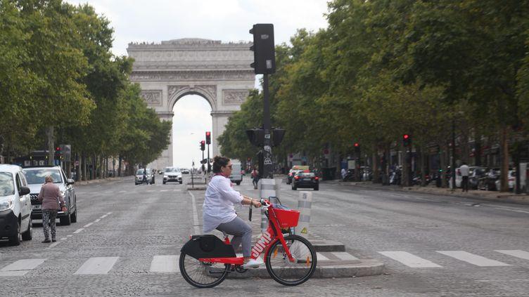 Lancés dans la capitale en avril 2019, les vélos électriques en libre-service Jump (filiale de Uber), Paris, août 2019. (OLIVIER BOITET / MAXPPP)