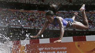 L'athlète panaméenne Rolanda Bell chute lors des séries qualificatives pour la finale du 3 000m steeple, lundi 24 août 2015 à Pékin (Chine). (ADRIAN DENNIS / AFP)