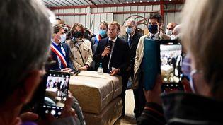 Emmanuel Macron au refuge SPA de Gray en Haute-Saône à la rencontre des bénévoles lundi 4 octobre 2021. (FRANCK LALLEMAND / MAXPPP)