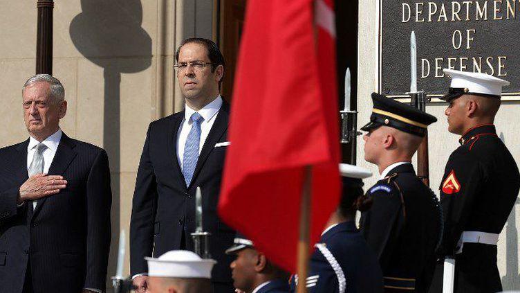 Le Premier ministre tunisien, Youssef Chahed (au centre), reçu au Pentagone à Washington, le 10 juillet 2017, par le Secrétaire américain à la Défense, James Mattis (à gauche). (AFP - CHIP SOMODEVILLA / GETTY IMAGES NORTH AMERICA  )