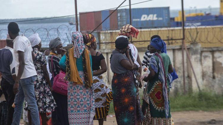 Sur le port de Pemba au Mozambique, le 30 mars 2021, des familles espèrent l'arrivée de proches encore bloqués à Palma et dont elles sont toujours sans nouvelles. (ALFREDO ZUNIGA / AFP)