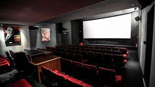 Depuis le début de la crise sanitaire, les cinémas font face à une baisse de fréquentation. (STEPHANE DE SAKUTIN / AFP)