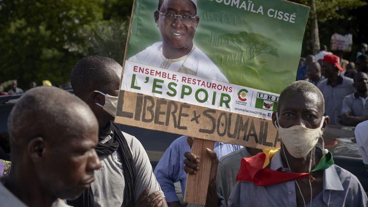 """Un homme tient une pancarte où est inscrit """"Libérez Soumaïla"""" lors d'une manifestation le 2 juillet 2020 à Bamako, au Mali, pour exiger la libération du chef de file de l'opposition malienne. (MICHELE CATTANI / AFP)"""