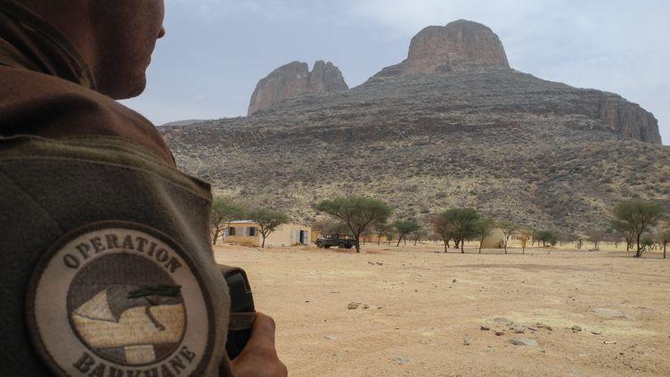 Un soldat français de la force Barkane devant le mont Hombori, au Mali, le 27 mars 2019. (DAPHNE BENOIT / AFP)