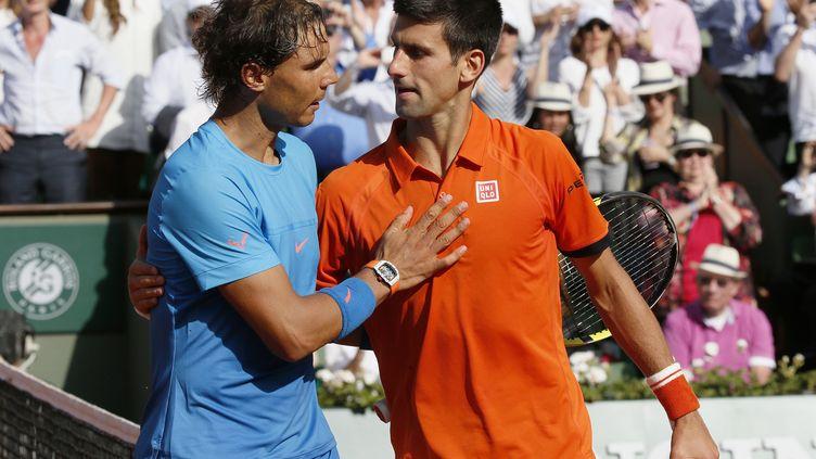 Rafael Nadal serre la main de Novak Djokovic à Roland-Garros, à Paris, le 3 juin 2015. (PATRICK KOVARIK / AFP)