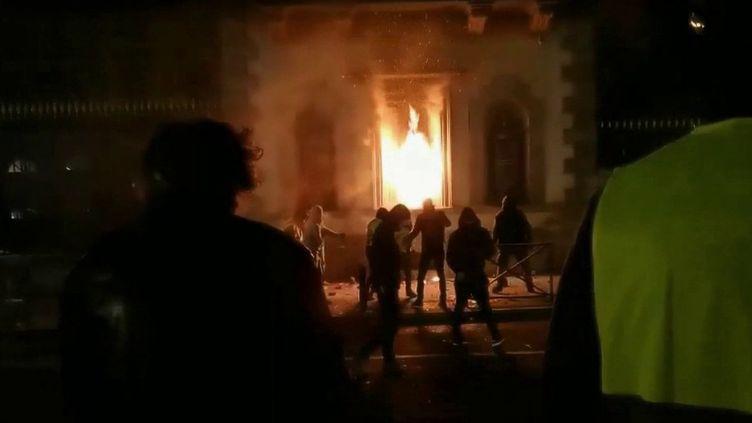"""Le 1er décembre 2018, la préfecture du Puy-en-Velay (Haute-Loire) était victime d'un incendie causé lors d'une manifestation des """"gilets jaunes"""". Lundi 9 mars, ils sont quatre hommes à comparaître. (France 2)"""