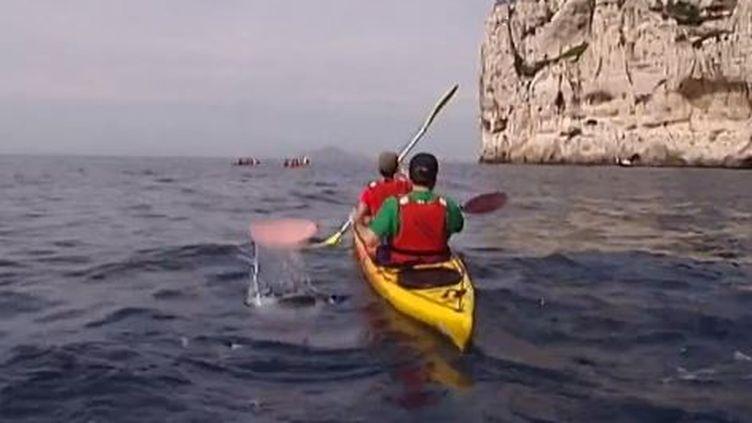 Explorer les calanques de Cassis (Bouches-du-Rhône), à son rythme, sur un kayak, mai 2014 (FRANCE 2 / FRANCETV INFO)
