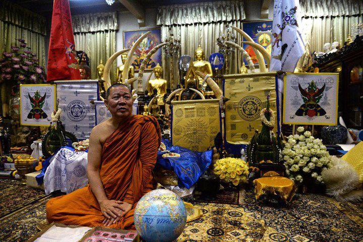 Le moinePhra Prommangkalachan, chargé à plusieurs reprises de bénir les joueurs de Leicester (LILLIAN SUWANRUMPHA / AFP)