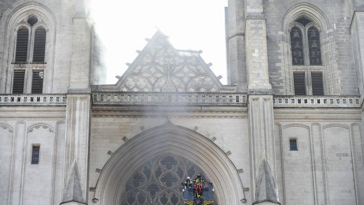Les sapeurs-pompiers interviennent pour éteindre l'incendie de la cathédrale de Nantes, le 18 juillet 2020. (SEBASTIEN SALOM-GOMIS / AFP)