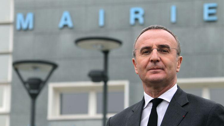Le maire de Val-de-Reuil,Marc-Antoine Jamet, le 13 décembre 2013 devant la mairie. (CHARLY TRIBALLEAU / AFP)