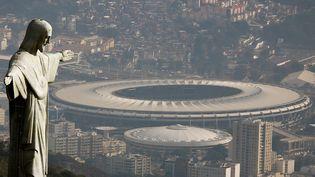 Vue aérienne du Christrédempteur et du stade Maracana, à Rio (Brésil), le 16 juillet 2016. (RICARDO MORAES / REUTERS)