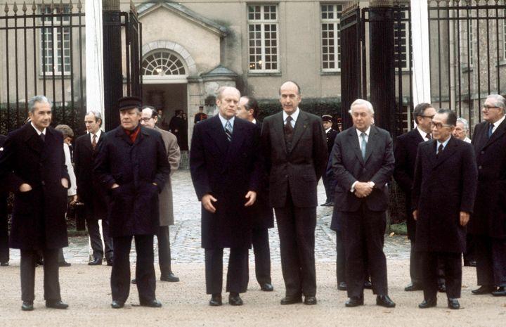 Photo de famille des chefs d'Etat ou de gouvernement avant la clôture de la conférence des six pays les plus industrialisés, le 17 novembre 1975 au château de Rambouillet (Yvelines). De g. à dr. : Aldo Moro (Italie), Helmut Schmidt (RFA), Gerald Ford (Etats-Unis), Valery Giscard d'Estaing (France), Harold Wilson (Royaume-Uni) et Takeo Miki (Japon). (AFP)