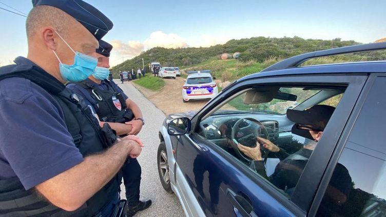 La police nationale d'Ajaccio et les CRS de Corse en opération de contrôle du respect des règles du confinement sur la route des îles Sanguinaires en Corse, le 11 novembre 2020. (MARC BERTRAND / FRANCE-BLEU FREQUENZA MORA)