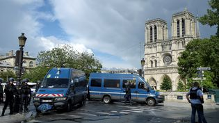 Les forces de l'ordre sécurisent un périmètre autour de Notre-Dame de Paris, après l'agression d'un policier sur le parvis de la cathédrale, le 6 juin 2017. (BERTRAND GUAY / AFP)