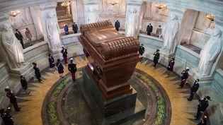 Le tombeau de Napoléon Bonaparte aux Invalides durant la cérémonie commémorant le bicentenaire de la mort de l'empereur le 5 mai 2021. (CHRISTOPHE PETIT TESSON / POOL / AFP)
