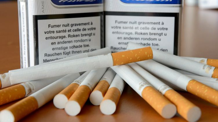 Tous les paquets de cigarettes augmenteront de 20 centimes à compter du 13 janvier 2013. (DENIS CHARLET / AFP)