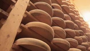 Les producteurs de fromages AOC s'inquiètent pour leurfilière : après deux mois d'arrêt, le secteur est en difficulté tout comme le savoir-faire. (France 2)