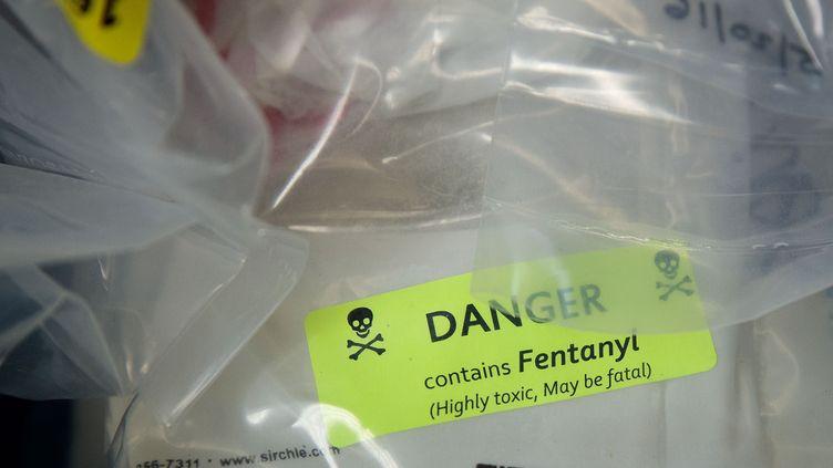 Des sacs de fentanyl présentés lors d'une conférence de presse à New York (Etats-Unis), le 23 septembre 2016. (DREW ANGERER / GETTY IMAGES NORTH AMERICA / AFP)