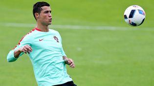 (Le choc Portugal - Croatie opposera à Lens en soirée les stars Cristiano Ronaldo d'un côté (ci-contre à l'entrainement), Rakitic et Modric de l'autre © Maxppp)