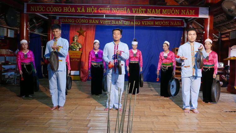 Spectacle folklorique à la salle polyvalente du village de Xom Hai, au Vietnam.Les populations sont associées au développement touristique.  (EMMANUEL LANGLOIS)
