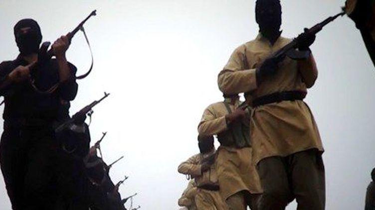 Des hommes armés présentés comme des combattants de l'organisation djihadiste Etat islamique en Irak et au Levant (EIIL). Photo tirée d'une vidéo d'Al-Furqan Media, apparemment proche de la mouvance islamiste, diffusée le 4 janvier 2014. (AFP - Al-Furqan Mediaa)