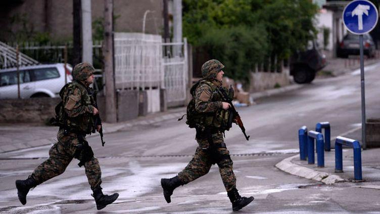 (Des troupes d'élite, des transports de troupes blindés, des policiers casqués et portant des gilets par balles ont bouclé le quartier à majorité albanaise musulmane où étaient retranchés les membres du groupe armé. Photo d'illustration © Maxppp)