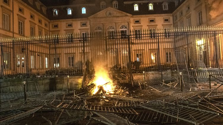 """La préfecture de Haute-Loire, au Puy-en-Velay, incendiée au cours d'une mobilisation des """"gilets jaunes"""" samedi 1er décembre. (VINCENT JOLFRE / MAXPPP)"""