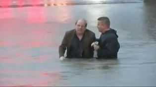 Le journaliste deKTRK-TVSteve Campion dansl'eau en compagnie de l'homme qu'il vientd'aider à sortir de l'eau, à Houston (Texas, Etats-Unis), le 18 avril 2016 (KTRK-TV / APTN)