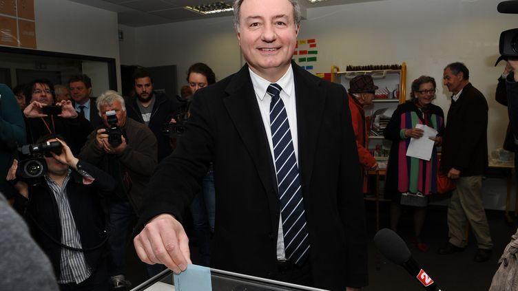 Jean-Luc Moudenc, le candidat UMP à Toulouse (Haute-Garonne), vote le 30 mars 2014 au second tour des municipales. (REMY GABALDA / AFP)