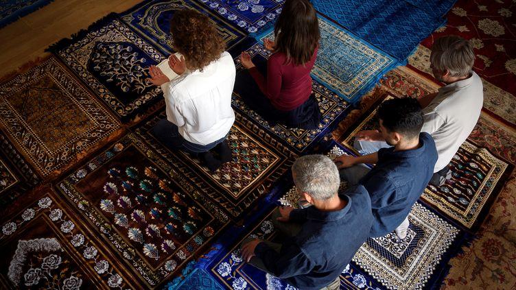 Les imams Anne-Sophie Monsinayet Eva Janadin dirigent une prière à Paris, le 7 septembre 2019. (LIONEL BONAVENTURE / AFP)