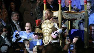 Le boxeur Floyd Mayweather fait son entrée dans le Mandalay Bay Events Center de Las Vegas (Nevada) pour un combat contre Carlos Baldomir, le 4 novembre 2006. (STEVE MARCUS / REUTERS)