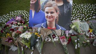 Un hommage à la députée travailliste Jo Cox, devant le Parlement à Londres, le 17 juin 2016. (MATT DUNHAM/AP/SIPA)