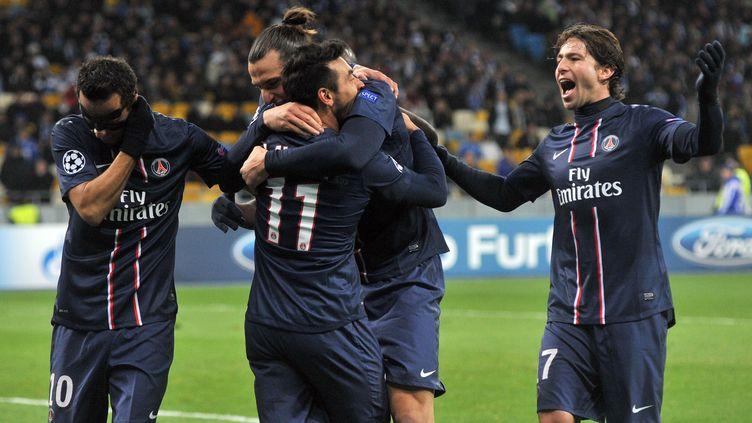 Le buteur parisien, Ezequiel Lavezzi, félicité par ses équipiers après la victoire du PSG contre le Dynamo Kiev (2-0), le 21 novembre 2012. (GENYA SAVILOV / AFP)