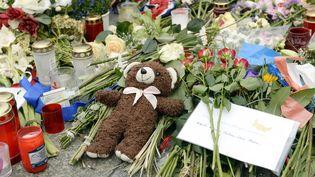 Des fleurs et des objets en hommage au victime de l'attetnat de Nice, sur la promenade des Anglais, le lieu du drame, le 18 juillet 2016. (MAURIZIO GAMBARINI / DPA / AFP)