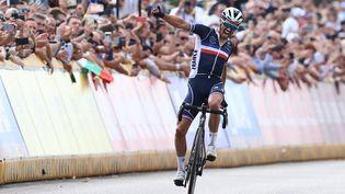 Julian Alaphilippe célèbre son passage de la ligne d'arrivée après avoir remporté son deuxième titre de champion du monde, à Louvain, le 26 septembre 2021. (KENZO TRIBOUILLARD / AFP)
