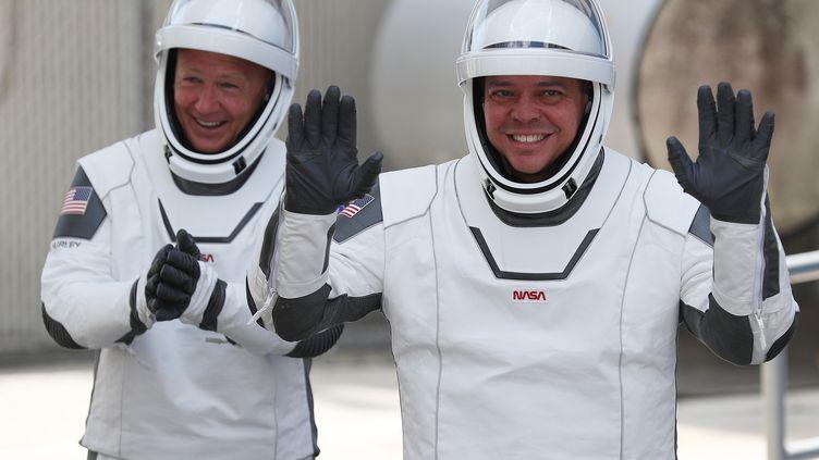 Les astronautesBob Behnken et Doug Hurley avant d'embarquer à bord de la navette conçue par SpaceX afin de rejoindre la Station spatiale international, le 20 mai 2020, à Cap Canaveral, en Floride (Etats-Unis). (JOE RAEDLE / GETTY IMAGES NORTH AMERICA / AFP)