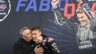 Fabio Quartararo célèbre son titre de champion du monde avec son père, dimanche 25 octobre. (GIGI SOLDANO / AFP)