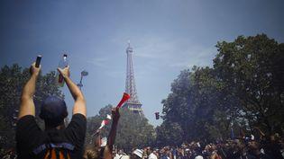 Des supporters tentent d'accéder à la fan zone installée au pied de la Tour Eiffel, à Paris (CHARLY TRIBALLEAU / AFP)