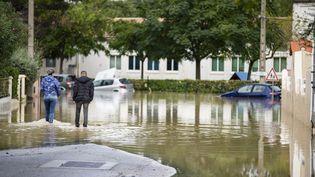 Des habitants dans les rues inondées de Trèbes (Aude), le 15 octobre 2018. (IDRISS BIGOU-GILLES / REA)