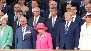 la première ministre britannique Theresa May, le prince Charles, la reine Elizabeth II, le président américain Donald Trump et sa femme Melania (de gauche à droite), lors des commémorations du 75e anniversaire du Débarquement, le5 juin 2019 à Portsmouth (Royaume-Uni). (CHRIS JACKSON / AFP)