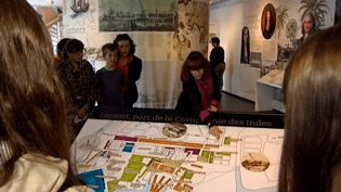 La guide conférencièreElodie Offredo est en charge des visites de la ville.  (capture d'écran France 3 / Culturebox)
