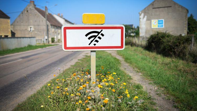 """Dans le cadre du """"New Deal Mobile"""", les opérateurs ont l'obligation d'équiper en 4G 75% de leurs sites mobiles existants situés en zones blanches d'ici le 31 décembre 2020. (photo d'illustration) (MAXPPP)"""