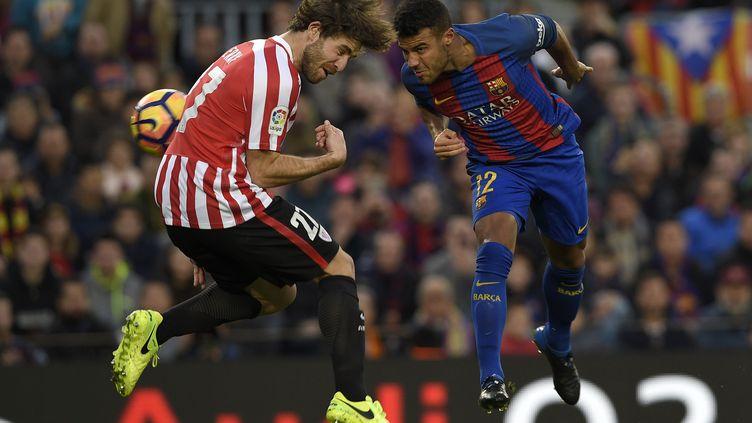 Rafinha, le défenseur de Barcelone, en duel aérien contre l'Athletic Bilbao (LLUIS GENE / AFP)