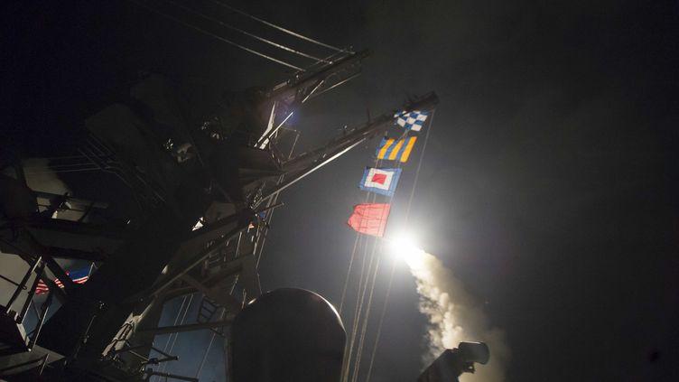 Un missile est tiré depuis le destroyer américain USS Ross, en mer Méditerranée, le 7 avril 2017. (PENTAGON / ANADOLU AGENCY / AFP)