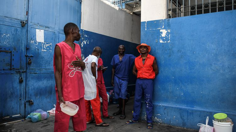 Des détenus attendent d'être servis en nourriture, le 30 août 2019 à la prison de Port-au-Prince, en Haïti. (CHANDAN KHANNA / AFP)