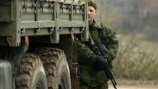 Un soldat des forces russes près de la base militaire de Sébastopol (Ukraine), le 7 mars 2014. ( DAVID MDZINARISHVILI / REUTERS)