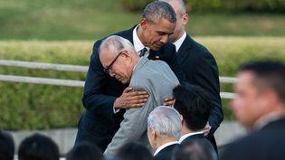 Barack Obama prend un survivant d'Hiroshima dans les bras, vendredi 27 mai 2016, plus de 70 ans après le bombardement américain qui a causé la mort de dizaines de milliers de personnes. (JOHANNES EISELE / AFP)