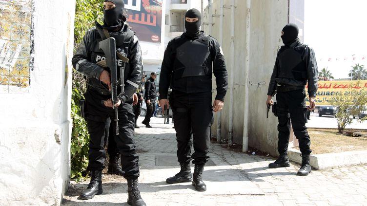 Les policiers antiterroristes tunisiens devant le Parlement, le 18 mars 2015, lors de l'attaque du musée duBardo de Tunis (ZOUBEIR SOUISSI  / REUTERS)