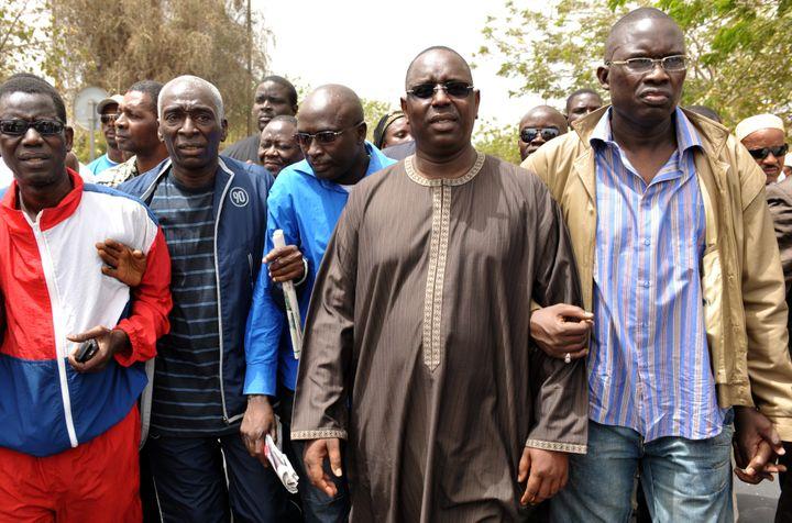 Macky Sall (1er plan au centre) défile avec des leaders de l'opposition pour demander la démission du président Wade, le 3 avril 2010, à Dakar (Sénégal). (SEYLLOU DIALLO / AFP)